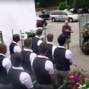 Butlers staan klaar om tuincentrum klanten te helpen